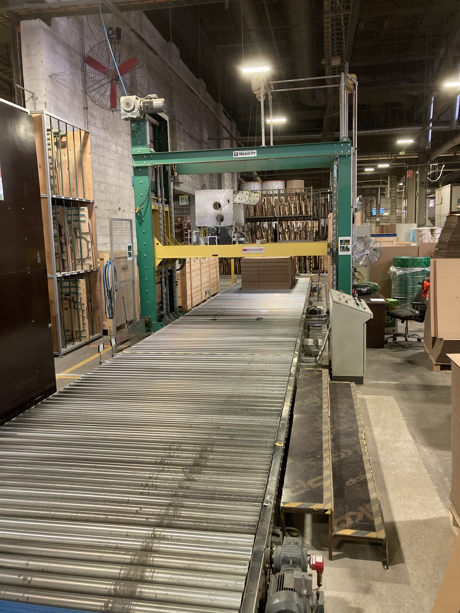 Packing line with Signode Compression machine and Duecker palleting conveyor